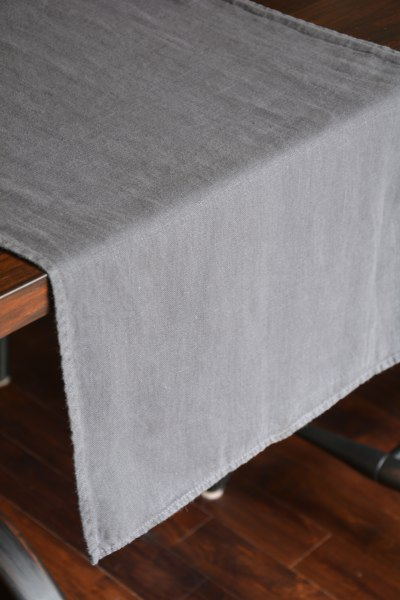 chemin de table toledo gris boutique aux mirabelles. Black Bedroom Furniture Sets. Home Design Ideas
