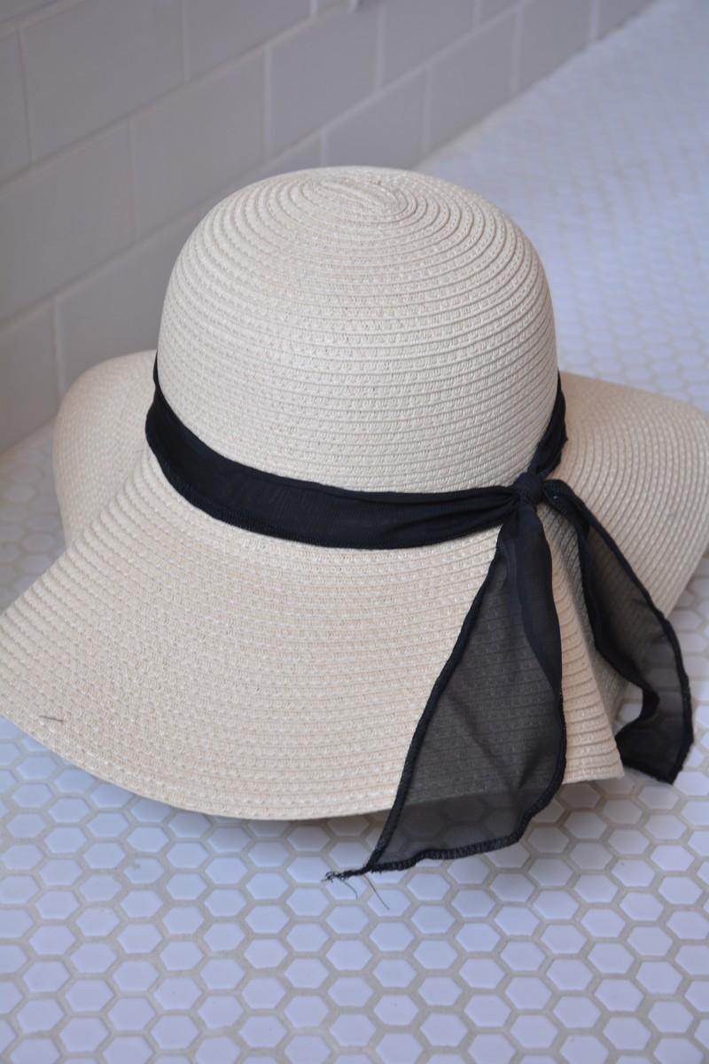 Chapeaux, foulards, sacs à main et vêtements